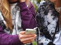 people-hand-iphone-smartphone 2