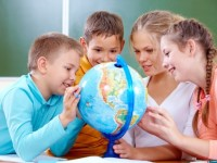 schoolchildren-learning-with-globe_1098-1871